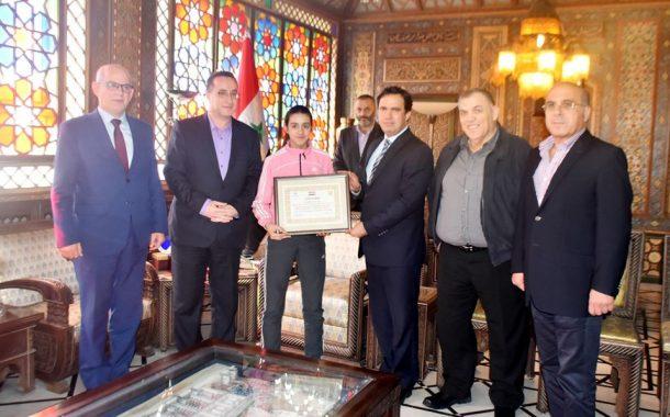 محافظ دمشق يكرم اللاعبة هند ظاظا